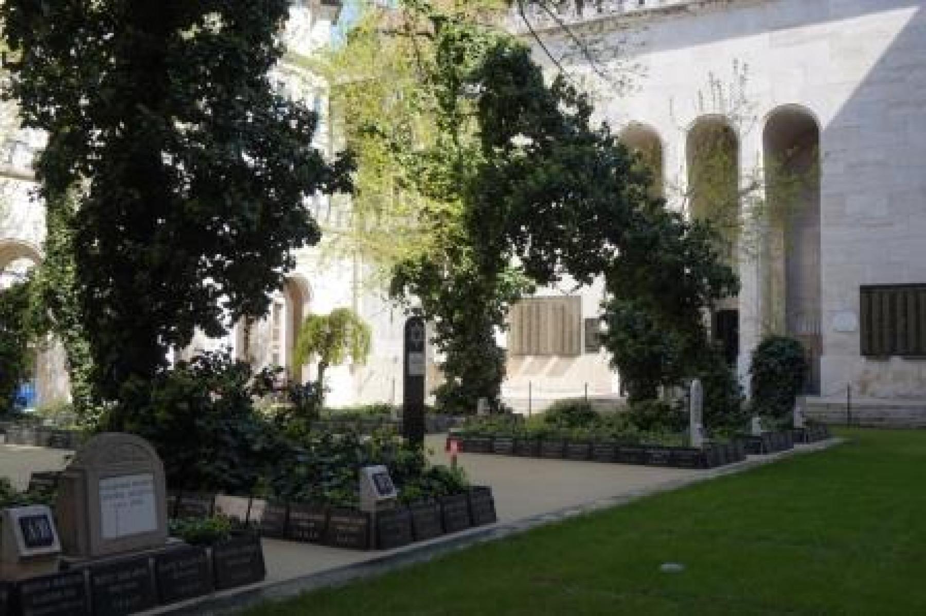Temetőkert az udvarban