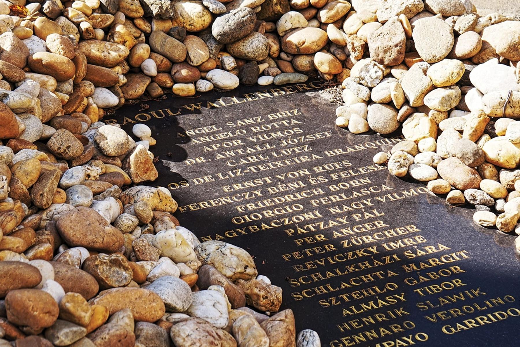 Emléktábla a Wallenberg Kertben